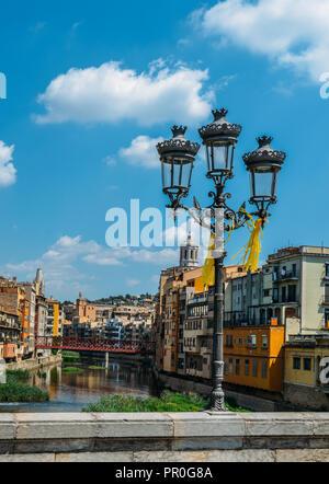 Bunte Häuser am Ufer des Flusses Onyard im historischen Zentrum und der Eiffelturm Brücke im Hintergrund, Girona, Katalonien, Spanien, Europa Stockbild