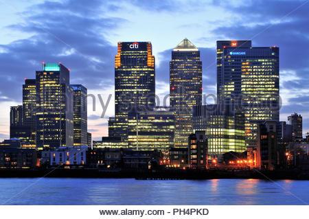 Canary Wharf die Skyline in der Dämmerung - moderne Geschäftsviertel, hi Aufstieg Eigenschaften, Sitz der großen Banken in East London England Großbritannien. Stockbild