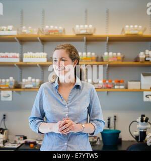 Mittleren Erwachsenenalter Frau im Labor mit den Händen umklammert Stockbild