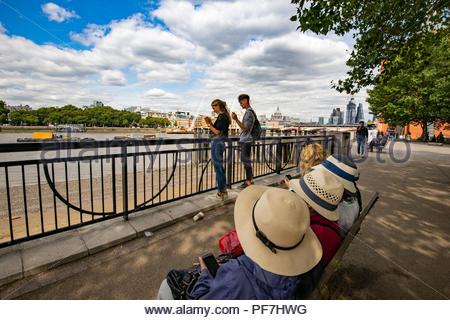 Ansicht der Stadt von London aus der Southbank mit Touristen Stockbild