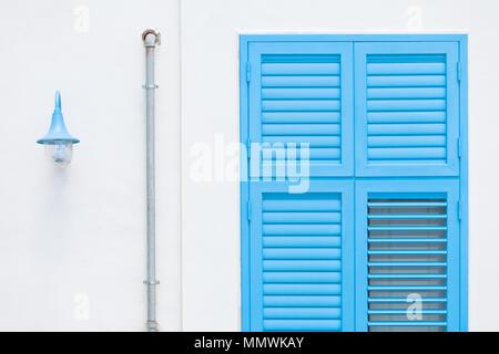 Gallipoli, Apulien, Italien - Design durch eine Laterne, eine Regenwasser Rohr und einer traditionellen Fenster Stockbild