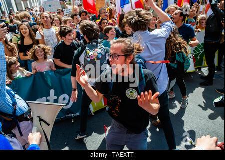 Ein Mann wird gesehen, riefen Parolen während der Demonstration. Zehntausende Kinder in mehr als 60 Ländern gestreikt Klimawandel Aktion zu verlangen. # FridaysForFuture ist eine Bewegung, die im August 2018 begann, nach 15 Jahren alten Greta Thunberg vor dem schwedischen Parlament jede Schule Tag saß für drei Wochen, gegen die fehlende Aktion auf die Klimakrise zu protestieren. In Brüssel, nicht nur Studenten, sondern Lehrer, Wissenschaftler, und mehrere Syndikate nahm die Straßen der belgischen Hauptstadt zum zweiten Mal für eine bessere Klimapolitik zu protestieren. Nach Angaben der belgischen Polizei um Stockbild