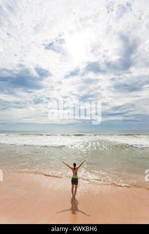 Asien - Sri Lanka - induruwa - eine Frau in der Sonne am Strand Stockbild