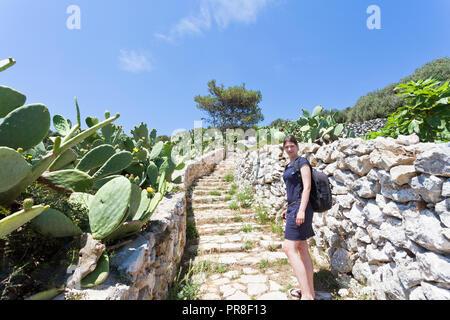 Apulien, Grotta Zinzulusa, Italien - eine junge Frau, die zu Fuß die Treppe bei der Grotte von Zinzulusa Stockbild
