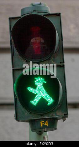 """Ampelmannchen, die """"kleine Ampelmännchen"""", Fußgänger Symbol im ehemaligen Ost-Berlin. Grün Stockbild"""