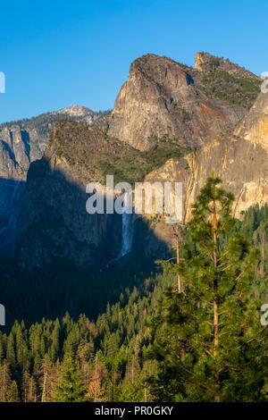 Yosemite Valley und Bridalveil Fall aus dem Tunnel, Yosemite Nationalpark, UNESCO-Weltkulturerbe, Kalifornien, Vereinigte Staaten von Amerika Stockbild