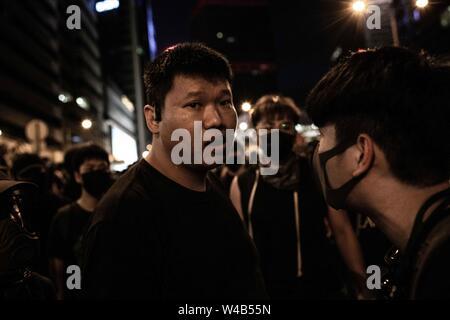 Ein Mann versucht, eine Blockade der Barrikaden in Zentralen zu brechen. Demonstranten griffen ihn, hatte schwere Prellungen und Fenster und Spiegel seiner van gebrochen. Hong Kong Demonstranten versammelten für ein weiteres Wochenende der Proteste gegen die umstrittene Auslieferung Rechnung und mit einer wachsenden Liste von Beschwerden, die der Aufrechterhaltung des Drucks auf Chief Executive Carrie Lam. Stockbild