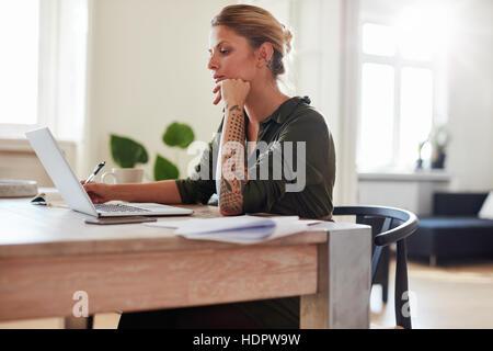 Richtungskontrolle Blick der jungen Frau, die Arbeiten am Laptop zu Hause Büro. Kaukasischen Frauen sitzen Stockbild