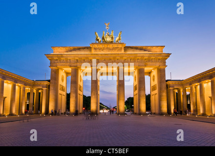Brandenburger Tor-Pariser Platz mit dem geflügelten Quadriga-Statue an der Spitze im Sonnenuntergang Berlin Stockbild