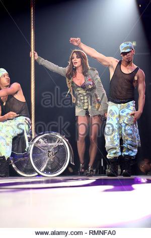 """O2 Arena, Berlin, Deutschland - Nach fast einem Monat für die Durchführung der zweiten Etappe ihrer europäischen Tour für """"Circus"""", Britney Spears führt ihre letzte Show vor einer Menschenmenge in der O2 Arena. Die 'Pop Princess' und 'Comeback Queen' setzen auf eine erstaunliche zeigen, dass hohe Energie und Spaß. Britney wird ein paar Wochen weg, bevor sie sich wieder auf die Straße für Aufführungen in Nordamerika. GSI Medien Juli 26, 2009 Steve Ginsburg 310 505-8447 323 423-9397 323 656-2486 310 261-8649 Keith Stockwell Sales@ginsburgspalyinc.com ginsburgspalyinc@gmail.com Steve@ginsburgspalyinc.com kei Stockbild"""