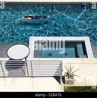 Mann Schwimmen im Blue Pool Stockbild