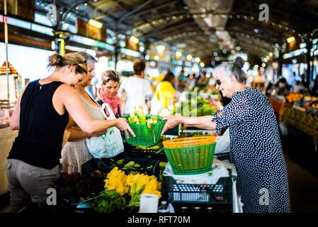 Marche Provencal, der überdachte Markt in Antibes, Provence-Alpes-Cote d'Azur, Französische Riviera, Frankreich, Europa Stockbild