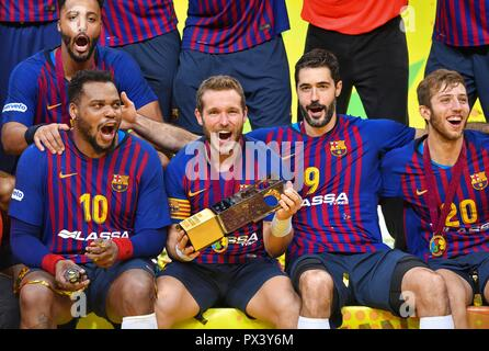Doha, Capital of Qatar. 19th Oct, 2018. (From L to R)FC Barcelona's Cedric Sorhaindo, Victor Tomas Gonzalez, Raul Entrerrios Rodriguez and Aleix Gomez Abello celebrate with the trophy after winning the final match of the 2018 IHF Super Globe World Handball Club Championship against Fuchse Berlin in Doha, Capital of Qatar, Oct. 19, 2018. FC Barcelona won 29-24 to claim the title. Credit: Nikku/Xinhua/Alamy Live News Stockbild