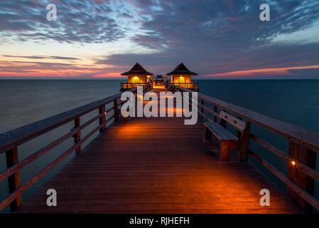 Dämmerung über dem Golf von Mexiko am Naples Pier entlang der Florida Gulf Coast, Naples, Florida, USA Stockbild