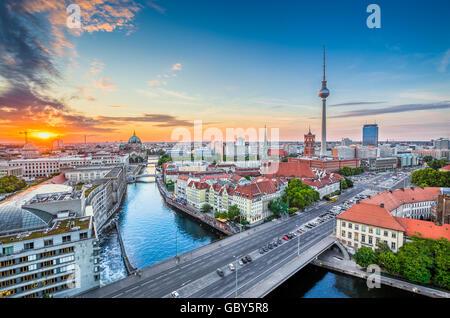 Luftaufnahme der Berliner Skyline mit berühmten Fernsehturm und Spree entlang im schönen Abendlicht bei Stockbild