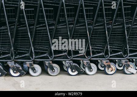 Supermarkt Trolleys, Karren zusammen gestapelt. Stockbild
