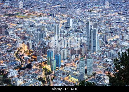 Südamerika, Kolumbien, Bogota, sonnige Aussicht auf das Stadtzentrum mit beleuchteten Gebäuden Stockbild