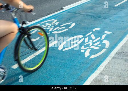 Person mit dem Fahrrad auf der Bahn oder mit dem Fahrrad Radweg im Freien. Stockbild