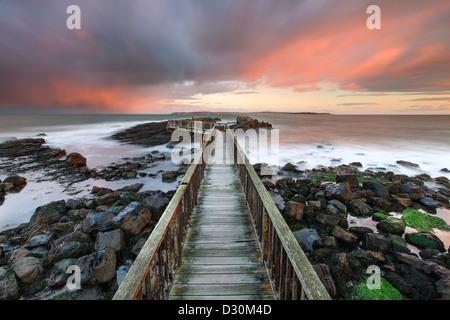 Schwenkt Felsen Anlegesteg, Strand Strand, Ballycastle. Stockbild