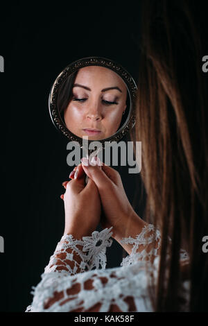 Frau mit einem Spiegel Stockbild