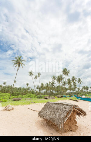 Balapitiya, Sri Lanka, Asien - eine Fischnetz Gehäuse die traditionelle Fischnetz trocken zu halten Stockbild
