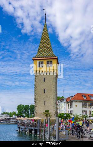 Die mangturm Turm im Hafen der historischen Altstadt von Lindau im Bodensee, Bayern, Deutschland, Europa. Stockbild