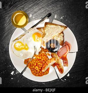 Ein komplettes Frühstück mit Speck, Eiern, Würstchen, gebackene Bohnen, Pilzen und toast Stockbild