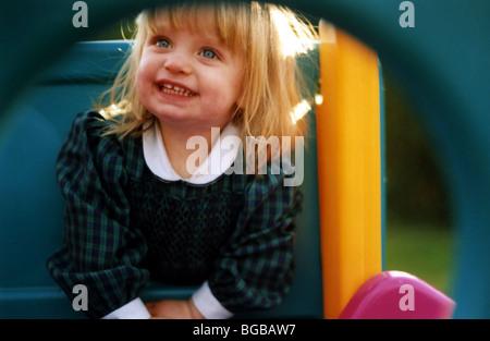 Foto des glücklichen Mädchen spielen Kindergarten Spielzeit gesundes Lächeln Stockbild