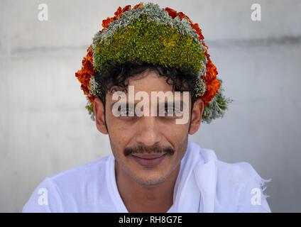 Porträt einer Blume Mann mit einem floralen Krone auf dem Kopf, Provinz Jizan Addayer, Saudi-Arabien Stockbild