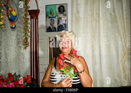 Lucy; fröhliche Gast Hausbesitzer in Baracoa, Kuba Stockbild
