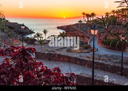 Playa Paraiso, Teneriffa, Kanarische Inseln, Spanien: Sonnenuntergang am Strand Playa Las Galgas Stockbild