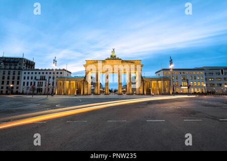 Zuerst leuchten in den Morgen am Brandenburger Tor in Berlin, Deutschland Stockbild