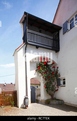 Historische Hausfassade mit Treppe in der Altstadt, Günzburg, Schwaben, Bayern, Deutschland, Europa ich Historische Hausfassade mit Treppenaufgang in der Stockbild