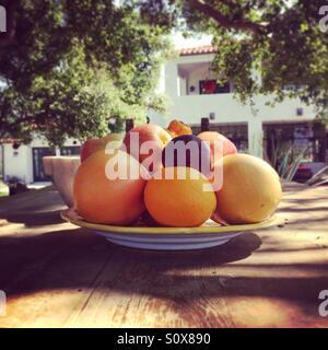 Obstschale auf dem Tisch für draußen. Stockbild
