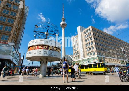 Europa, Deutschland, Berlin, Alexanderplatz, Alexanderplatz, die Weltzeituhr, der Fernsehturm und das Berolina-Haus Stockbild