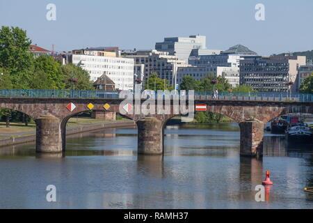 Alte Brücke mit modernen Geschäftshäusern, Saarbruecken, Saarland, Deutschland, Europa ich Alte Brücke mit modernen Geschäftsgebäuden, Saarbrücken, Saarland Stockbild