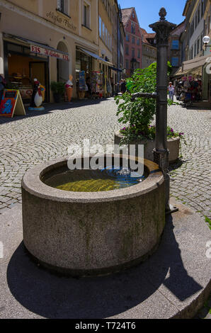 Historische Brunnen in Cramergasse in der Altstadt von Lindau im Bodensee, Bayern, Deutschland, Europa. Stockbild