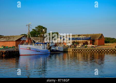 Maritime Atmosphäre der Boote und der Werft im Hafen von Klinholm Havn, Moen Island, Dänemark, Skandinavien, Europa. Stockbild