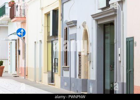 Specchia, Apulien, Italien - Bunte alten Fassaden in der Altstadt von Specchia Stockbild