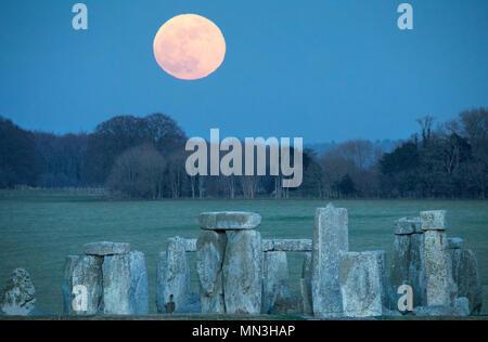 Die Super blue Mondaufgang über Stonehenge, Wiltshire, England, Großbritannien Stockbild