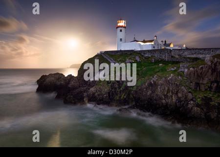 Fanad Head erfasst wie ein Vollmond steigt hinter dem Leuchtturm Stockbild