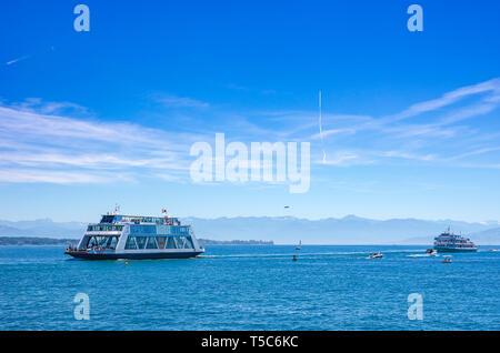 Ausblick auf den Bodensee mit Schiff und Tretboot Verkehr aus Friedrichshafen, Baden-Württemberg, Deutschland, Europa. Stockbild