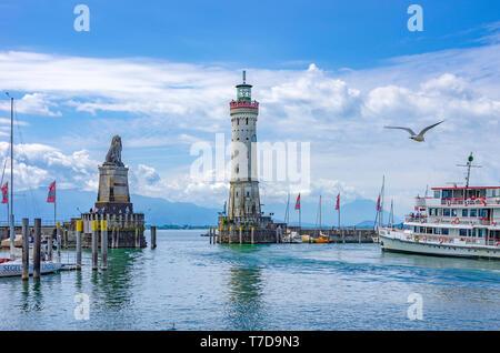 Lindau im Bodensee, Bayern, Deutschland, Europa - Die exkursion Dampfgarer baden fährt und navigiert durch die Hafeneinfahrt. Stockbild