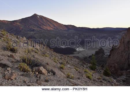 Llano de Ucanca-vulkanischen Tal und den Berg Teide 3718 m hohen Gipfel im Morgengrauen, Teide Nationalpark Teneriffa Kanarische Inseln Spanien. Stockbild