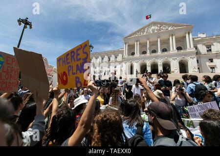 """Studenten werden gesehen, riefen Parolen und Plakate vor dem portugiesischen Parlament, während des Protestes. Tausende von portugiesischen Studenten Verband der internationalen Bewegung """"Freitags für Zukunft"""" in Lissabon gegen die Klimaproblematik zu protestieren. Dieser Streik zielt darauf aufmerksam die politischen Führer der Welt auf die Schwere der Klimaproblematik. Stockbild"""
