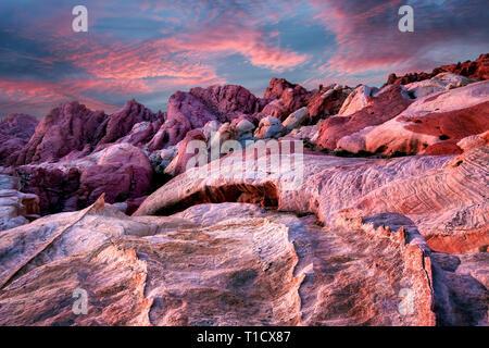 Sonnenaufgang über dem Tal des Feuers Staatspark, Nevada Stockbild