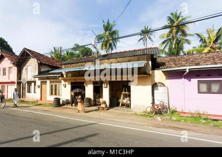 Balapitiya, Sri Lanka - Dezember 2015 - Standard der städtischen Arbeitsplätze in Balapitiya, Sri Lanka Stockbild