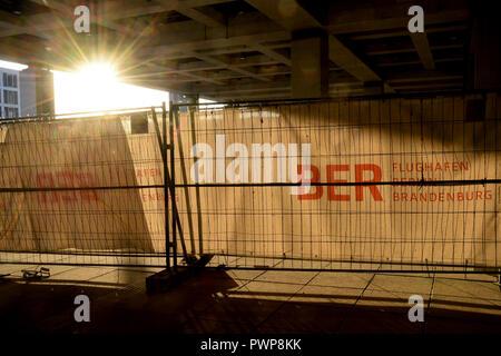 Berlin, Deutschland. 16 Okt, 2018. 16. Oktober 2018, Deutschland, Berlin: Bauzaun am Terminal des Flughafen Berlin Brandenburg Willy Brandt (BER). Quelle: Britta Pedersen/dpa-Zentralbild/ZB/dpa/Alamy leben Nachrichten Stockbild