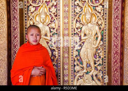Laos, Luang Prabang, Wat Sensoukarahm, Mönch am Main Gebetshalle Tür Stockbild