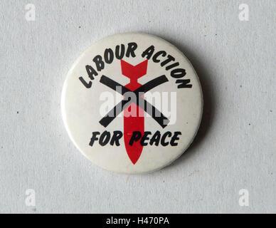 Labour-Aktion für Frieden Pin Abzeichen der 1980er Jahre HOMER SYKES Stockbild